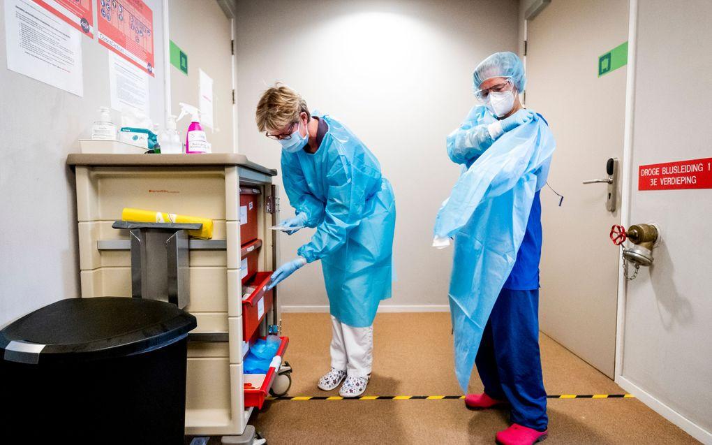 Uit een peiling bleek onlangs dat ruim een derde van de zorgmedewerkers zich wil laten vaccineren. Het kabinet wil er in januari mee beginnen. beeld ANP, Sem van der Wal