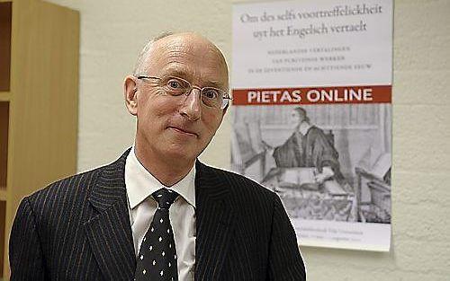 Drs. F. W. Huisman heeft jaren gewerkt aan het opzetten van een digitaal overzicht van alle boeken uit de puriteinse vroomheidsliteratuur. Dinsdag gaat de site online. Foto RD