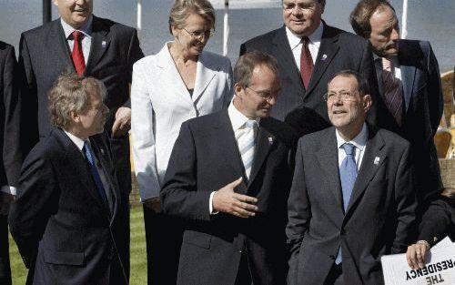 NOORDWIJK – Ministers van Defensie uit alle EU landen vergaderden vrijdag in Noordwijk. Minister Kamp (midden, vooraan) praat met EU buitenlandcoördinator Solana (rechts). NAVO secretaris De Hoop Scheffer (links) kijkt toe. Foto ANP