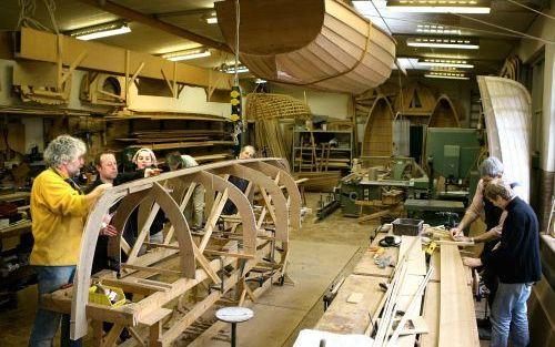 """ENKHUIZEN – Bert van Baar (l.) leidt de Bootbouwschool, waar studenten een traditionele houten boot leren bouwen. De Belg Johan Pepermans (naast Van Baar) is al twintig jaar bezig met een eigen boot. """"Maar deze zomer ga ik varen!"""" Foto RD, Henk Visscher"""