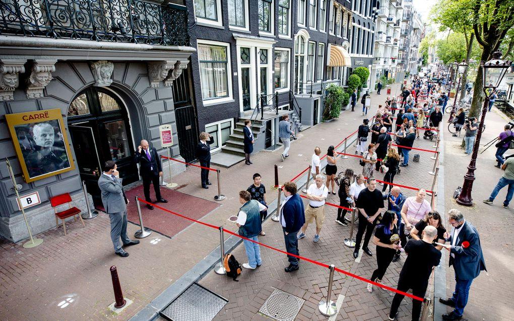 Publiek staat in de rij voor het afscheid van Peter R. de Vries in Koninklijk Theater Carré. beeld ANP SEM VAN DER WAL