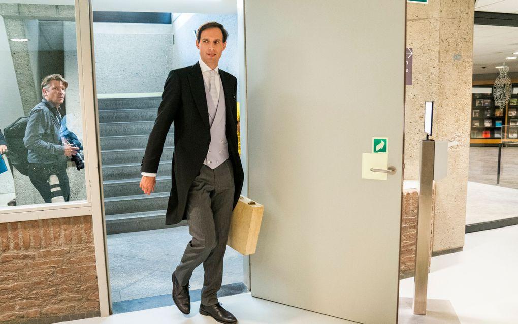 Demissionair minister Wopke Hoekstra van Financiën (CDA) op Prinsjesdag op weg naar het tijdelijk onderkomen van de Tweede Kamer aan de Bezuidenhoutseweg in Den Haag, met het koffertje met de rijksbegroting en miljoenennota. beeld ANP, Bart Maat