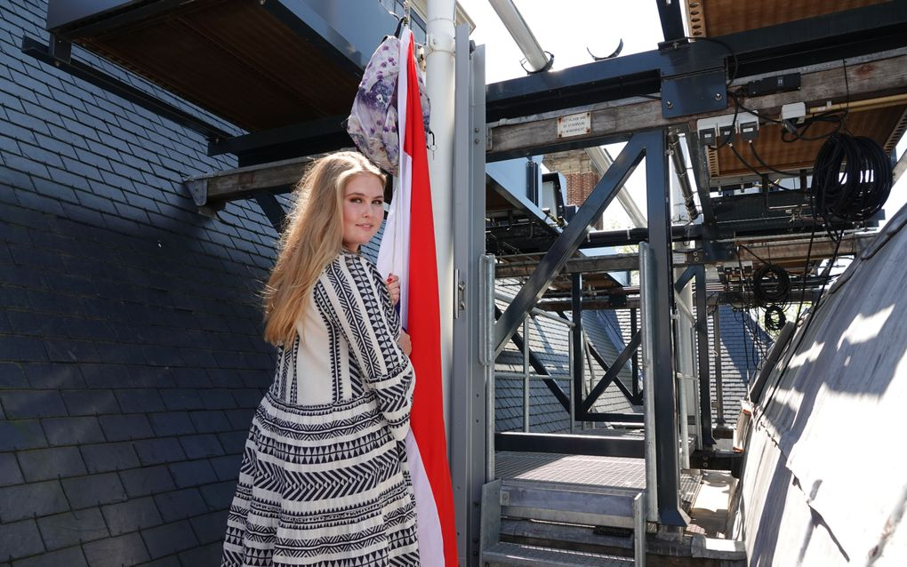 Prinses Amalia bij de vlag. beeld RVD