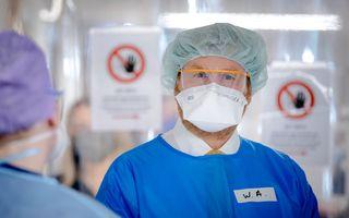 Koning Willem-Alexander bezoekt in beschermende kleding een afdeling met covidpatienten in het Van Weel-Bethseda Ziekenhuis in Dirksland. beeld ANP, Robin van Lonkhuijsen
