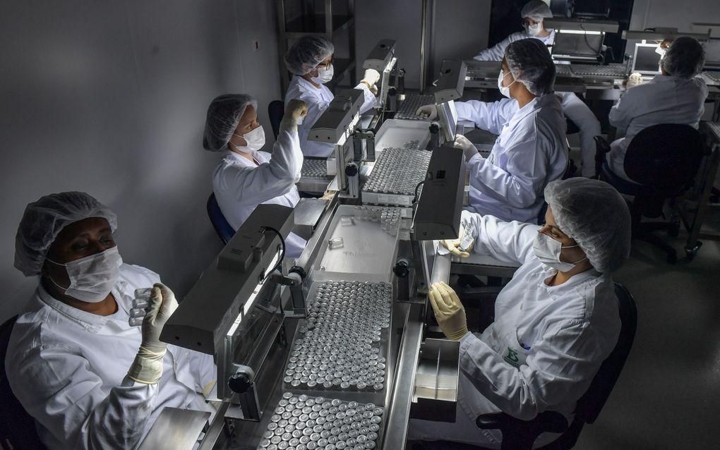 Werknemers van Sinovac Biotech bezig met de productie van een coronavaccin in São Paulo, Brazilië. beeld AFP, Nelson Almeida