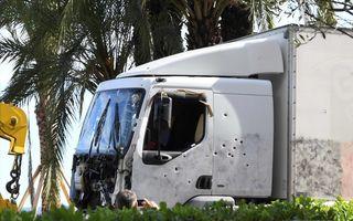 De truck waarmee de aanslag werd gepleegd, wordt afgevoerd. beeld AFP