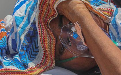 Een patiënt in het Indiase Ahmedabad krijgt zuurstof toegediend. beeld EPA, DIVYAKANT SOLANKI