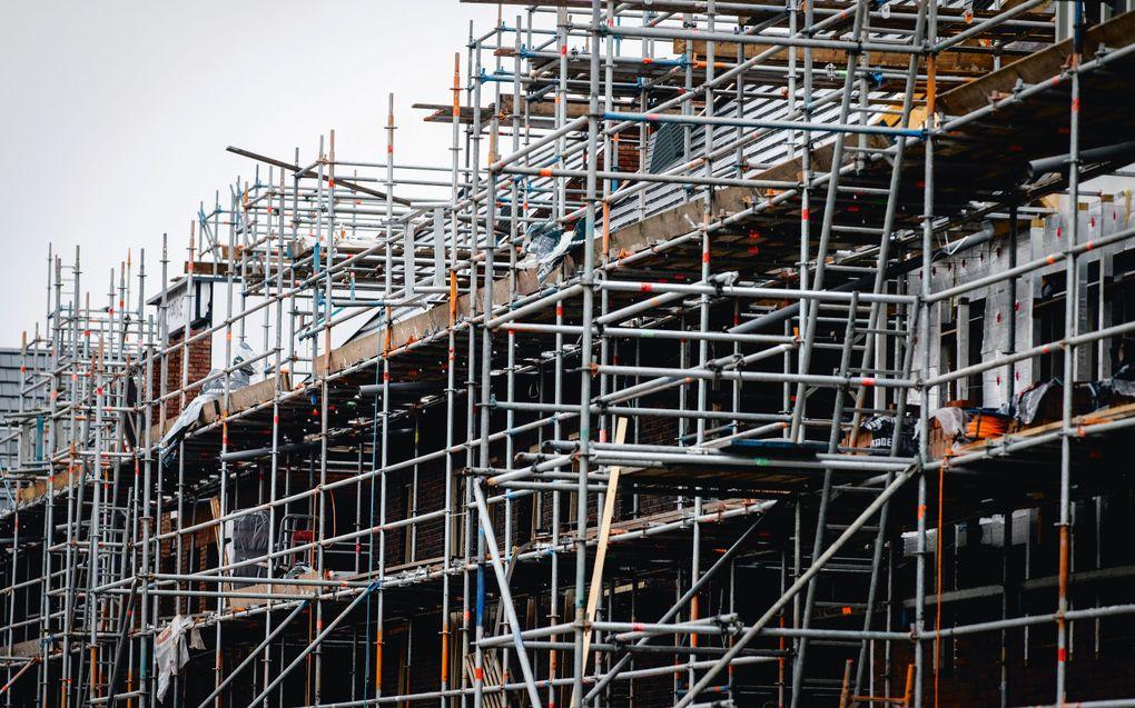 Werkzaamheden in een nieuwbouwwijk. De krapte op de Nederlandse woningmarkt is groot, de bouw schreeuwt om mensen.beeld ANP, Sem van der Wal