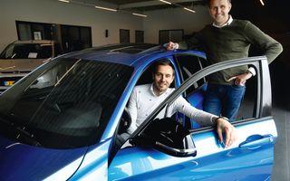 De broers Jan (r.) en Gerrald vormen samen de directie van autohandel De Groot, met vestigingen in Veenendaal en Rhenen. beeld VidiPhoto