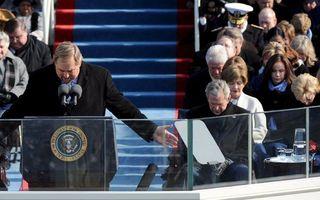 Ds. Rick Warren spreekt een gebed uit bij de inauguratie van Obama (links). Foto EPA