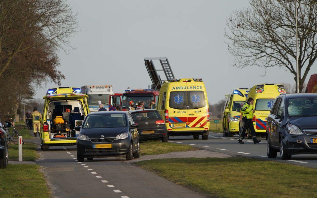 Hulpdiensten op de Europaweg, waar twee jonge meisjes om het leven zijn gekomen door een aanrijding met een auto. Omstanders melden dat de meisjes op een skelter zaten toen ze werden aangereden. beeld ANP, PERSBUREAU METER