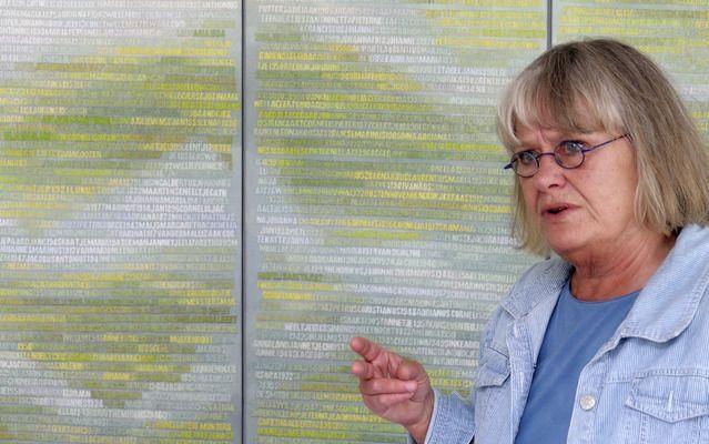 """SCHAGEN – Kunstenares Miep van Riessen bij haar werk """"De Verdronkenen"""". Het doek bevat de namen van de 1836 slachtoffers van de watersnoodramp, maandag 57 jaar geleden. Foto Jan van de Ven"""