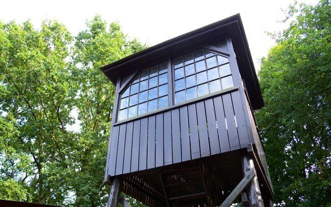 Een wachttoren bij het bezoekerscentrum van Kamp Amersfoort is een van de laatste tastbare herinneringen aan de Tweede Wereldoorlog. Foto RD
