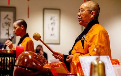 In de boeddhistische Fo Guang Shan He Hua-tempel in Amsterdam wordt met een dienst het Chinees Nieuwjaar gevierd. beeld ANP, Robin Utrecht