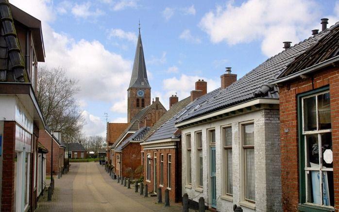 Onverzettelijk staat de kerk van Ulrum op het grasveld. beeld RD, Anton Dommerholt