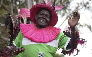 """NAIROBI - Een feestvierende dame in Kenia. n Kenia is Barack Obama """"één van ons"""". De inauguratie van Obama is dan ook uitbundig gevierd in het Afrikaanse land. Foto EPA"""