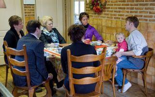 BAKEL – Koningin Beatrix zat dinsdag in het Brabantse Bakel aan de keukentafel bij geitenhouder Martijn Knoops en zijn gezin. Ze vroeg wat hij vond van de ruiming van zijn 366 geiten en hoe die is verlopen. Foto Rijksvoorlichtingsdienst
