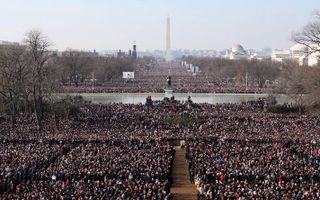 Een grote mensenmenigte woont de inauguratie bij. Foto EPA
