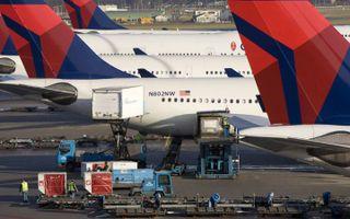 SCHIPHOL - Vliegtuigen van Delta-Northwest worden zaterdag op Schiphol beladen voor vertrek. Vanaf deze plaats vertrok Eerste Kerstdag het toestel naar Detroit, waarmee een 23-jarige Nigeriaan een aanslag wilde plegen. Op Schiphol zijn extra veiligheidsma