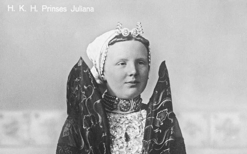 Prinses Juliana in het kostuum van Axel, tijdens een bezoek aan Zeeuws-Vlaanderen in 1918.beeld ANP, Beneluxpress