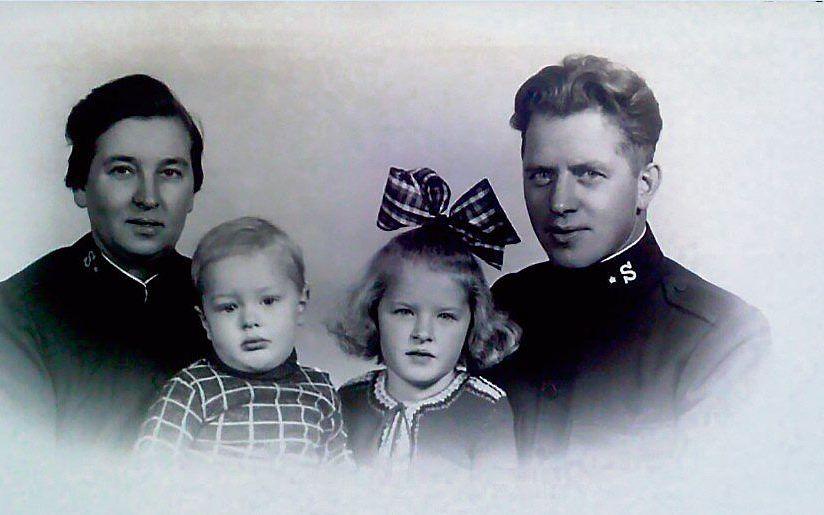 V.l.n.r: adjudant Rie Deurloo-Joosse, Pieter jr., Febe en adjudant Pieter sr. Deurloo van het Apeldoornse Leger des Heils in 1942.beeld Henk Rensink