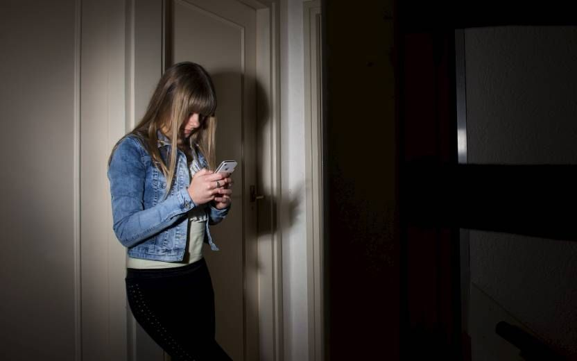 Pesten via sociale media valt niet uit te bannen door het verbieden van een app. beeld ANP