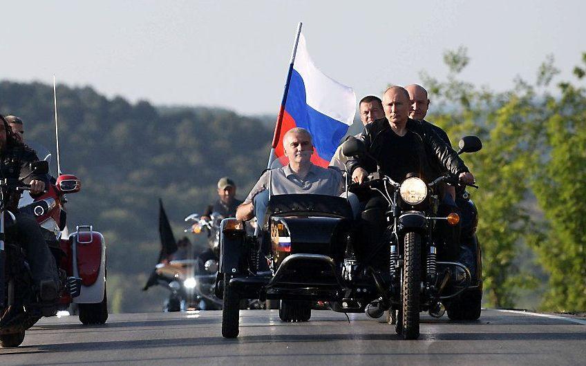 De Night Wolves te gast van de Russische president Poetin (r.) op de Krim. beeld EPA