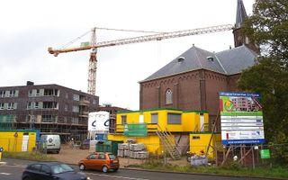 Gewas is er niet te zien, maar arbeid is er volop rond de hervormde Dorpskerk van Alblasserdam. Op dankdag is er in het bedehuis 's middags een dienst die speciaal op kinderen is gericht. Foto RD