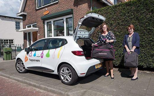 Emmi van der Hel, manager en consulente voor Tupperware, samen met haar maatje Ria Geerink. De foto is gemaakt in 2018. beeld Niek Stam