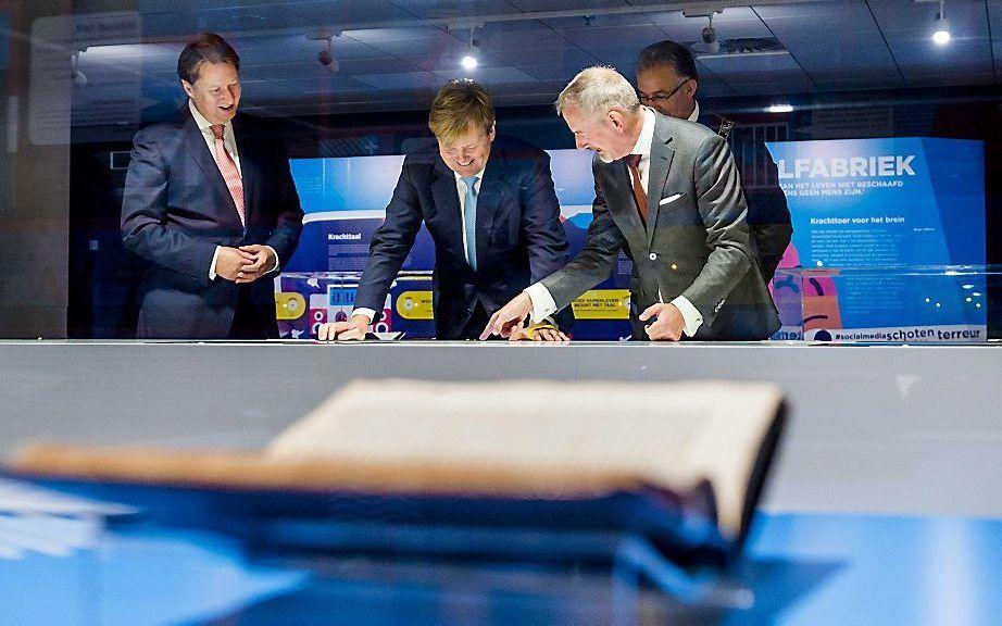 ROTTERDAM. Koning Willem-Alexander opende woensdag in de centrale bibliotheek van Rotterdam de Erasmus Experience, een interactieve expositie over de zestiende-eeuwse humanist Desiderius Erasmus. beeld ANP