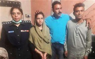 Arzoo Raja (tweede links) en haar 44-jarige echtgenoot bij de politie. beeld Sindh-government