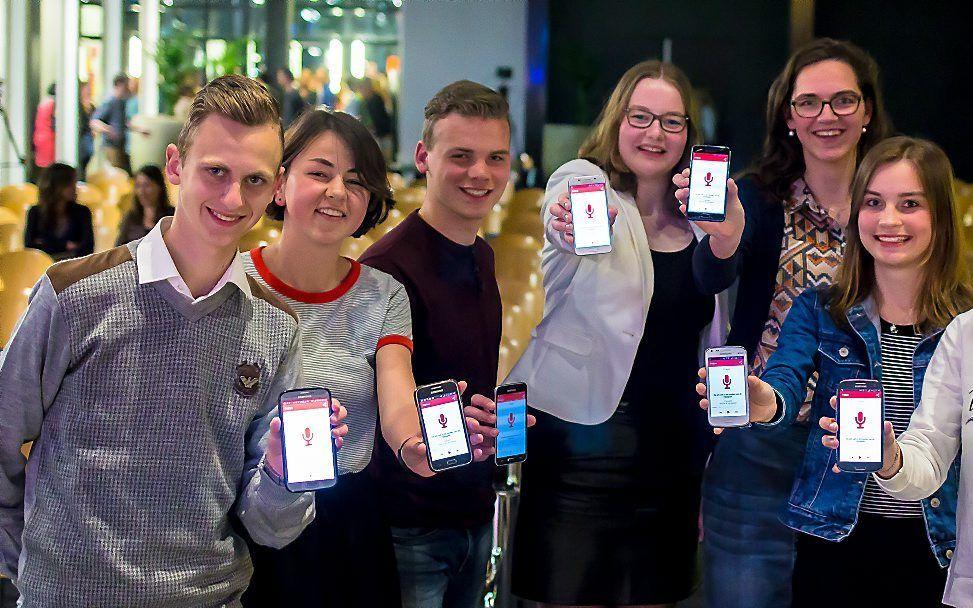 Jongeren installeerden de nieuwe app op hun smartphone tijdens de jongerenavond in Rotterdam. beeld Geloofstoerusting