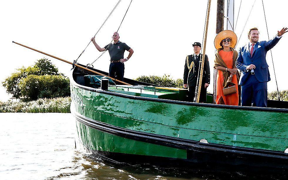 Koning Willem-Alexander en koningin Maxima tijdens een bezoek aan zeilschool De Veenhoop. Het koningspaar bezoekt Zuidoost-Fryslan en tijdens het bezoek staat de toekomst van Friesland centraal. beeld ANP, Koen van Weel