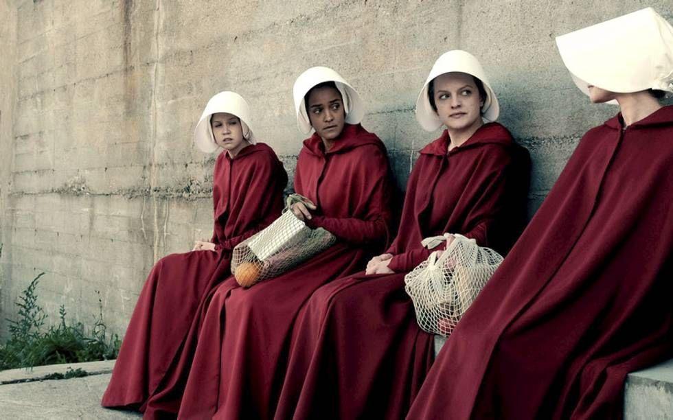 """In """"The Handmaid's Tale"""", de tv-serie waarnaar minister Van Engelshoven verwijst. gaat het over christelijke fundamentalisten die de macht gegrepen hebben in de Verenigde Staten. Omdat het geboortecijfer in het land sterk is gedaald, worden de weinige vru"""