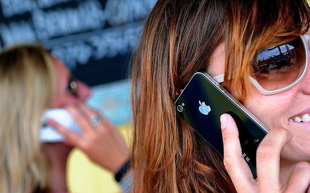 Mensen praten minder met elkaar, maar zijn steeds meer met hun smartphone bezig. beeld ANP, Lex van Lieshout